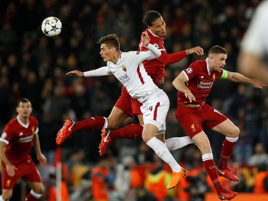 Virgil van Dijk is AS Roma-spits Patrik Schick de baas.