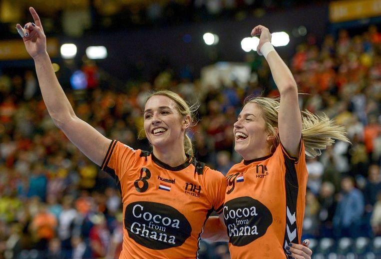 Lois Abbingh (L) en Estavana Polman vieren hun winst. Beeld AFP