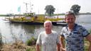 Wim Daanen (links) en Jack van Lent bij het veer dat Maasbommel verbindt met Brabant.