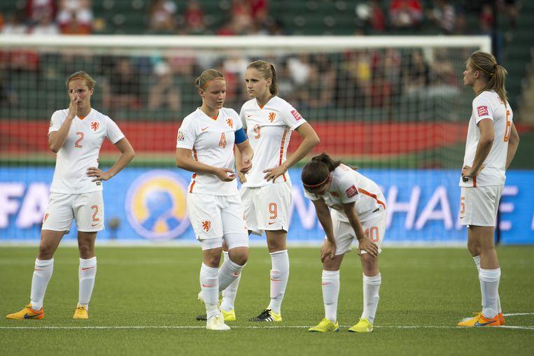 Desiree van Lunteren, Mandy van den Berg, Vivianne Miedema, Daniëlle van de Donk en Anouk Dekker na de 0-1 nederlaag tegen China. Beeld anp