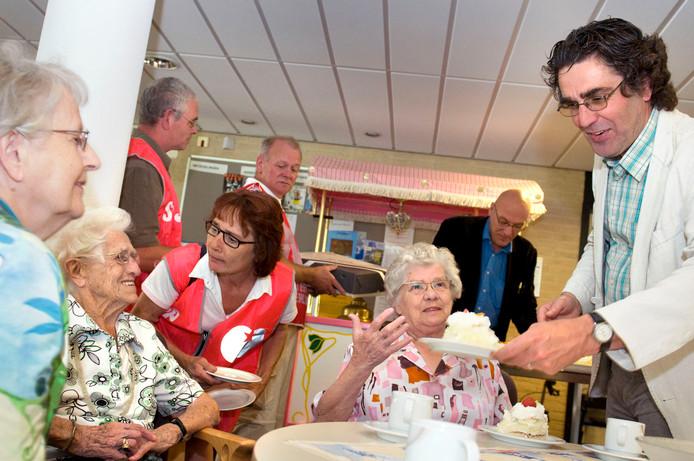 De leden van de SP Oosterhout hielden in 2009 een taartjesactie voor ouderen.