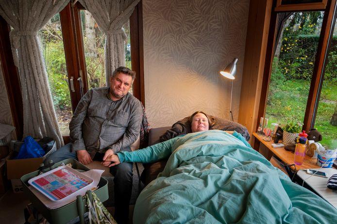 Vanwege de onbekendheid van haar ziekte ME/CVS ligt Mariëlle de Vries al jaren 24 uur per dag, 7 dagen in de week op bed, alleen, in een afgelegen huisje in Putten.