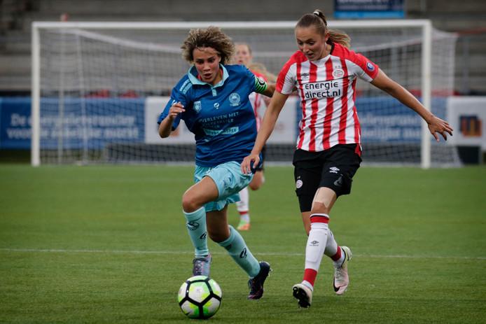 Nadia Coolen (r) in actie tegen Excelsior Barendrecht Vrouwen - PSV Vrouwen.
