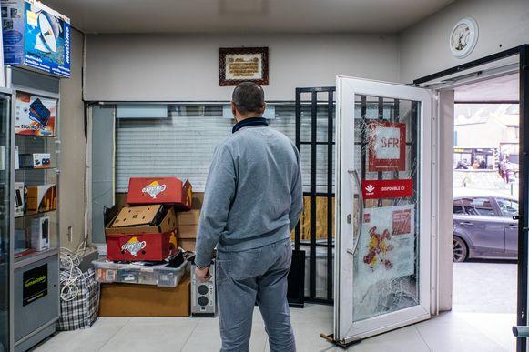 Alles aan diggelen geslagen of niet, Hassan houdt zijn winkel open. Uit principe.
