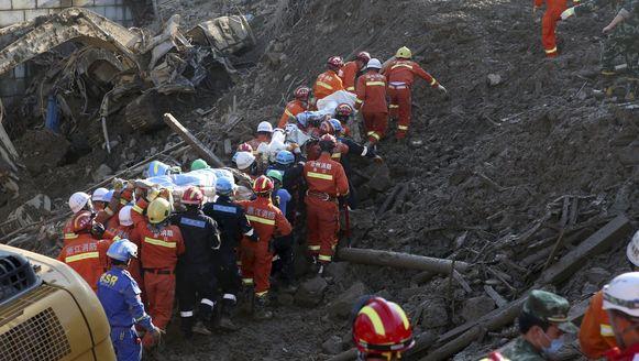 Enkele lichamen worden naar boven gehaald na de aardverschuiving in China.