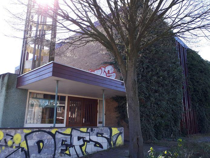 Het vervallen kerkgebouw aan de Johan de Wittlaan in Arnhem wordt gesloopt.