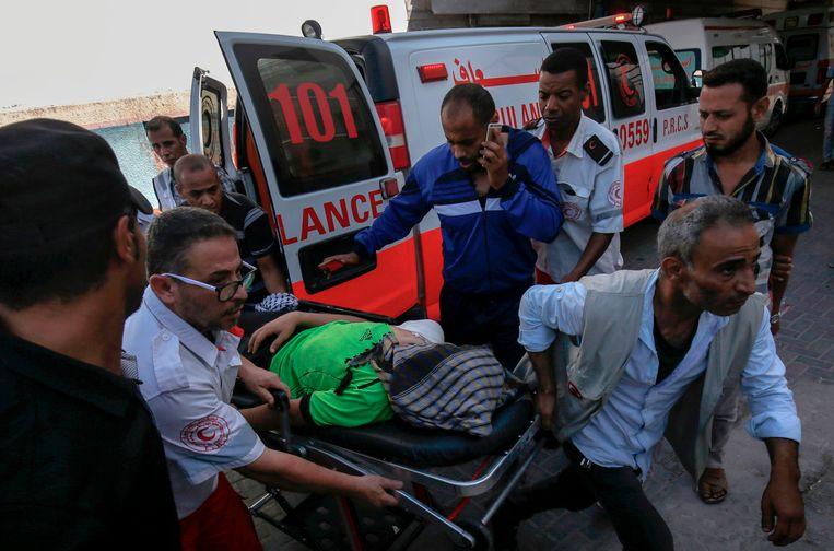Een gewonde Palestijn wordt naar het ziekenhuis gebracht.