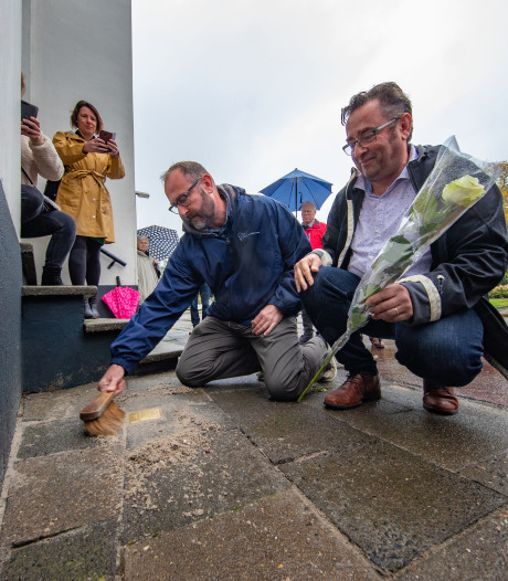 Kleinzoons leggen struikelsteen voor betrapte oorlogsheld Snoep uit Kampen