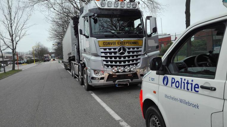 De lokale politie Mechelen-Willebroek tijdens een controle van vrachtwagens