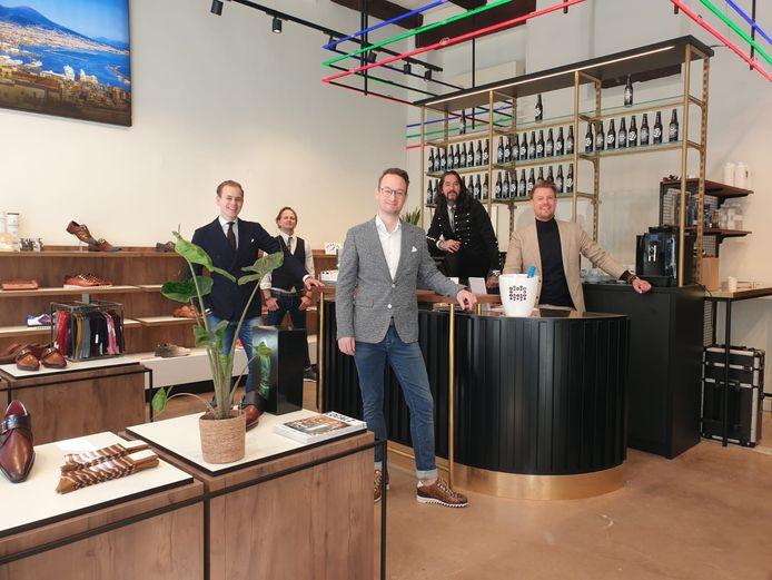 Het team van SchoenenZaken Zwolle in hun nieuwe winkel. Meest links verkoper Friso Albrecht, daar schuin achter mede-eigenaar Thies Nicolai. Voor de toonbank verkoper Huibrecht Brinkman en meest rechts mede-eigenaren Paul Vetter en Joël Timmerman.