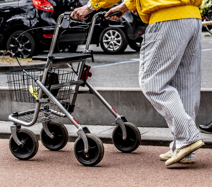 De politie Deventer zoekt een man met een rollator en fel-lichtblauwe sportschoenen.