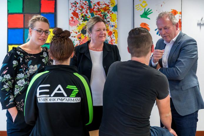 Van links naar rechts Daniëlle Sales, Christel Bogers, Paul Kagie. Gezien op de rug Lindsey en Koen.  Met elkaar spraken zij over de problemen in de jeugdzorg.