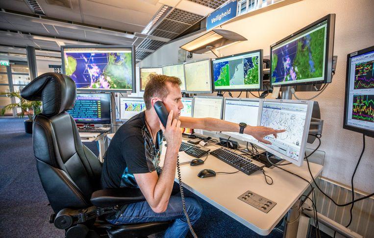 De weerkamer van het KNMI in De Bilt.  Beeld Raymond Rutting / de Volkskrant