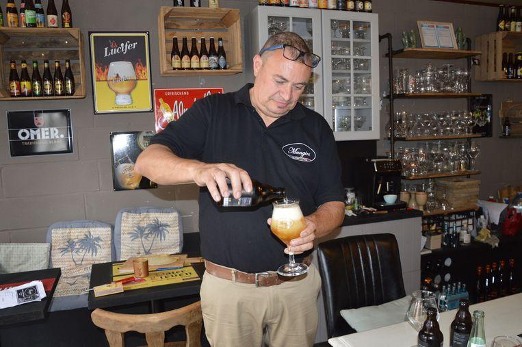 Uitbater Gino Mannaert in Mangini's Cafeeken, het kleinste café van (groot)Haaltert.