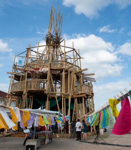 Stadsdichter Maud Vanhauwaert en Rooftoptiger voltooien Toren van Babel met gedicht in zeventien vertalingen