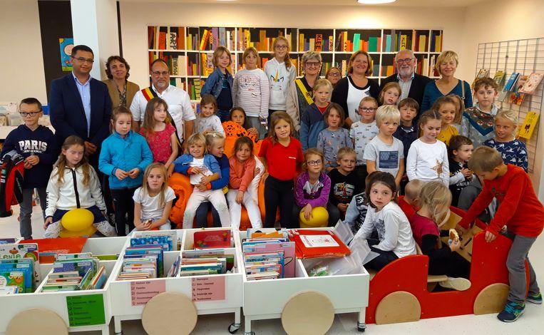 De initiatiefnemers verzamelden in Veurne, in de klas van de kinderen die een fikse voorsprong krijgen op het vlak van taal.