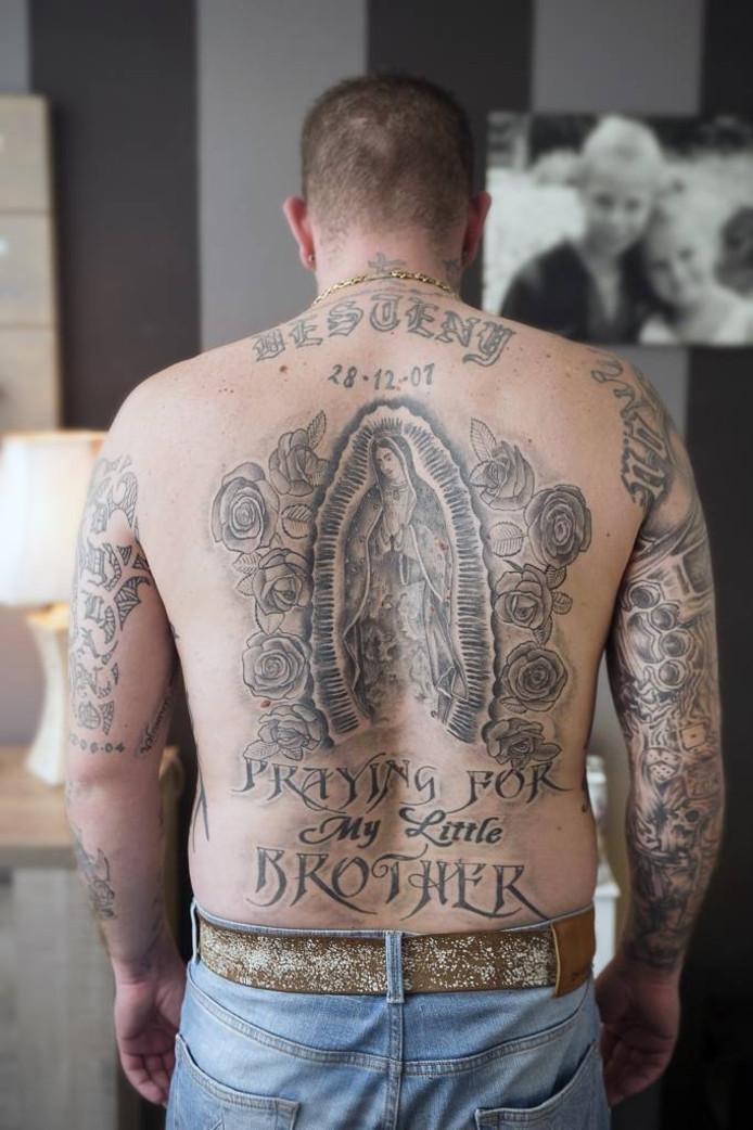 'Praying for my little brother'. Een tatoeage op de rug van Rhedenaar Bart van Dongen.