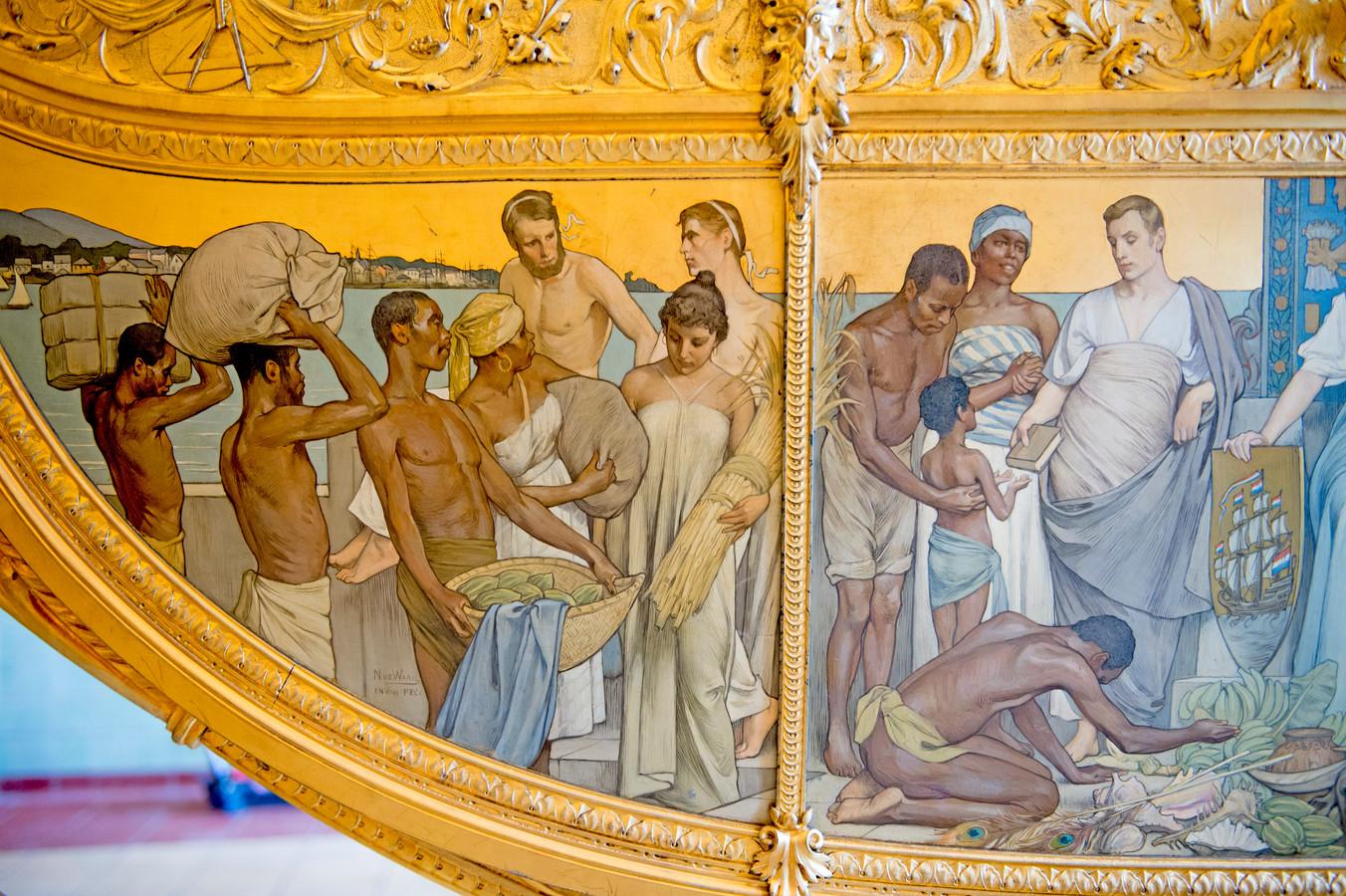 Het zijpaneel op de Gouden Koets, 'Hulde der Koloniën' van Nicolaas van der Waay (1855-1936). Hij schilderde halfnaakte Afrikaanse en Indonesische mannen die zich onderwerpen.
