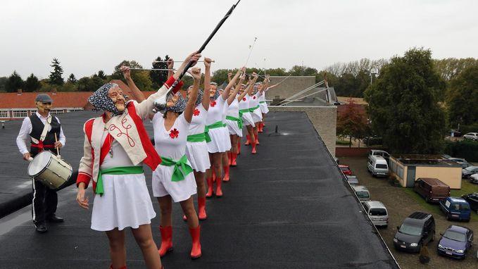 Majoretten paraderen op dak tijdens kunstenfestival Tarmax