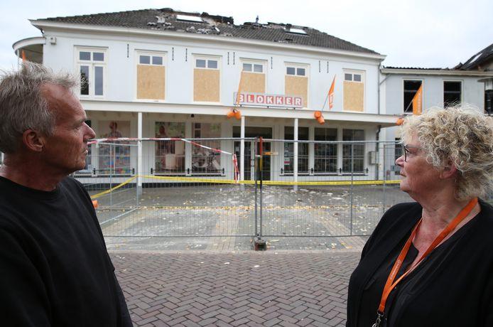Arianne Teunissen en Henk Berenpas bij wat ooit hun huis en haard was. Arianne: ,,Bijna alles is verloren gegaan. Mijn trouwjurk bijvoorbeeld, en talloze foto's.''