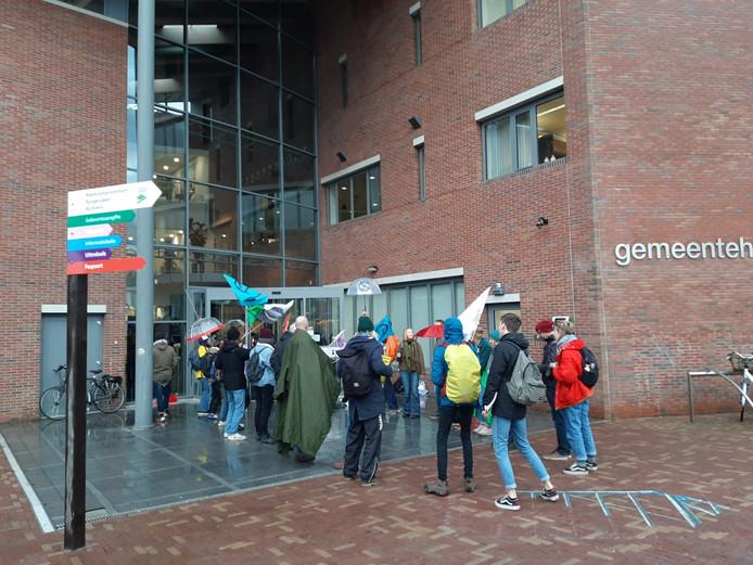 Demonstranten gemeentehuis Bodegraven