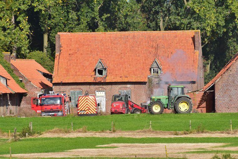 De brandweer had gisteren nog urenlang werk om smeulend stro naar buiten te halen en na te blussen.