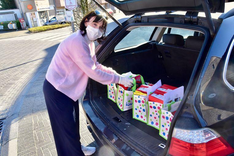 Voorzien van gezichtsmasker en handschoenen gaat Katrien de baan op om klanten te bedienen met nieuwe kinderschoenen.