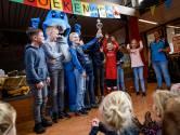 Haai Zed verrast Basisschool Buurse met zwemtrofee