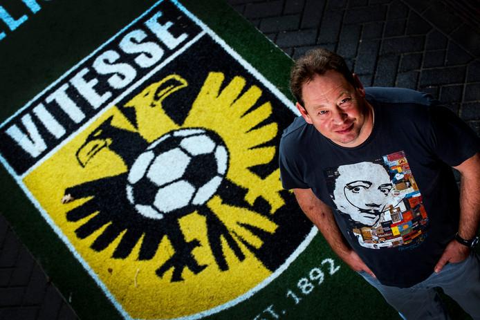 Sloetski poseert voor het logo van Vitesse
