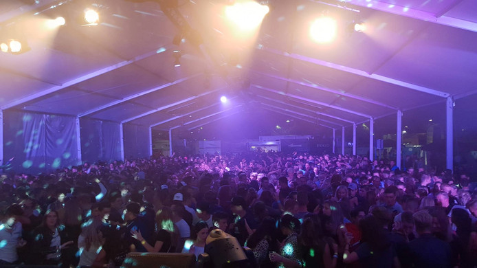 Feest in de tent van Cannes Outdoor op sportpark de Hoge Bomen in Naaldwijk.