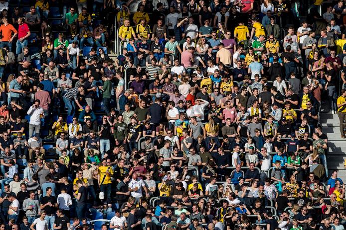 De Yellow Army geniet op een zonovergoten dag van hun helden.