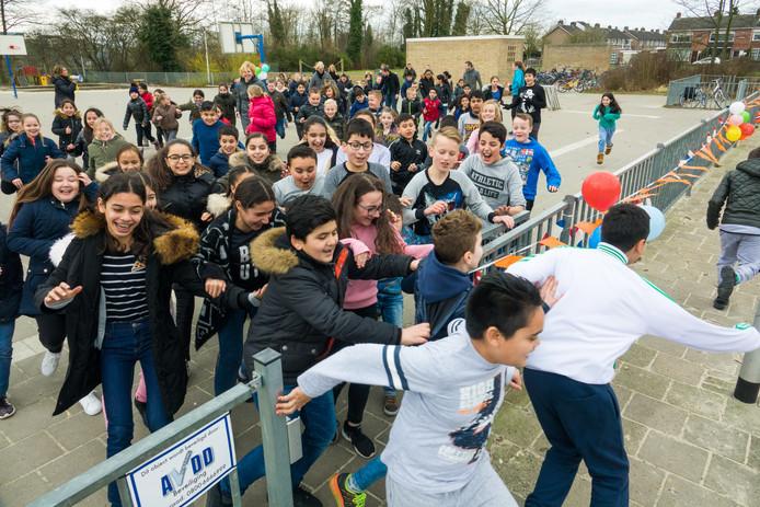 De Daily Mile is op meerdere scholen in Nederland een begrip. Op deze archieffoto doen kinderen van basisschool De Compaan in Almelo mee aan het dagelijkse evenement.
