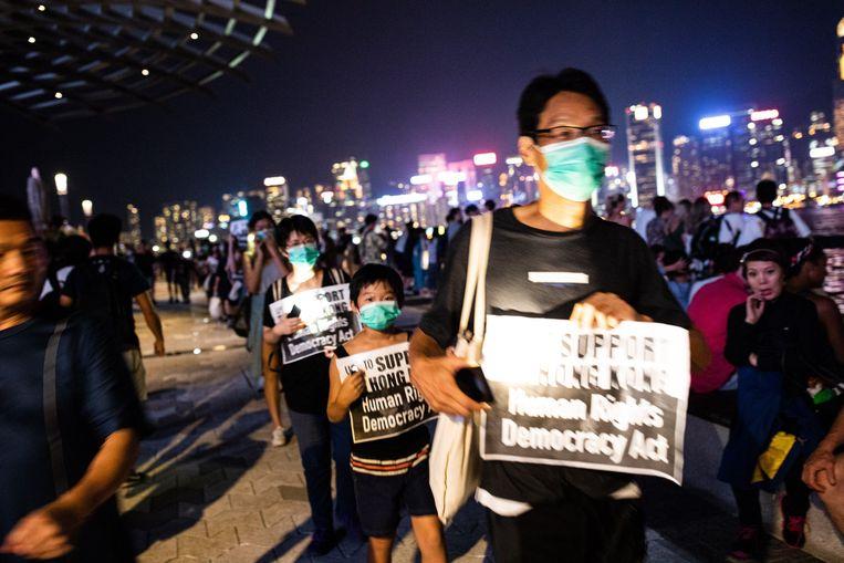 Duizenden betogers zijn niet naar het eindpunt van de manifestatie gestapt, en hebben halt gehouden in de buurt van het politiekantoor van Ngau Tau Kok.