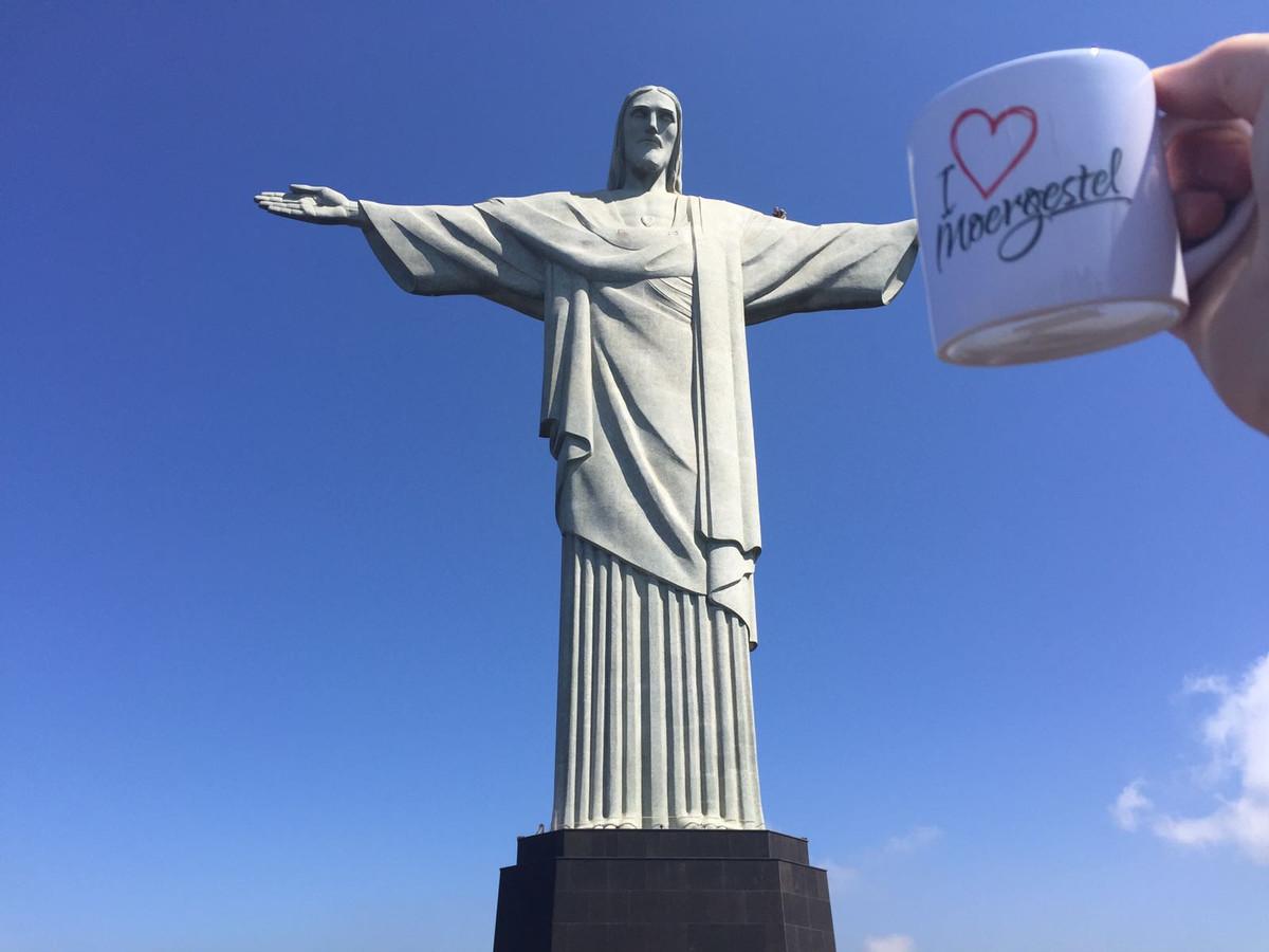 Moergestelnaar Bjorn van Iersel nam de Moergestel Mok mee naar Rio de Janeiro.