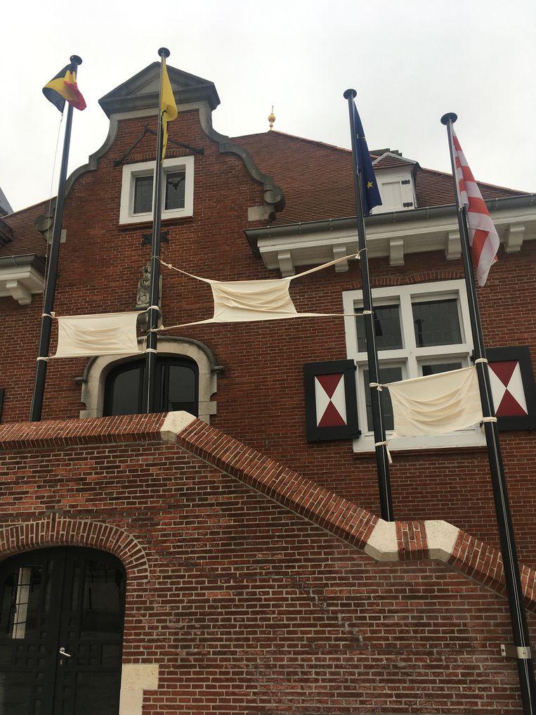De gemeente heeft drie grote 'mondmaskers' opgehangen als teken van steun.