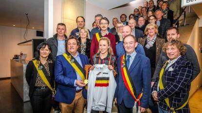 Belgische beloftenkampioene veldrijden Axelle Bellaert in de bloemetjes gezet in het gemeentehuis