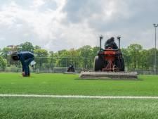 Glas en metaal uit kunstgras gestofzuigd: Bredase voetbalclubs kunnen weer veilig het veld op