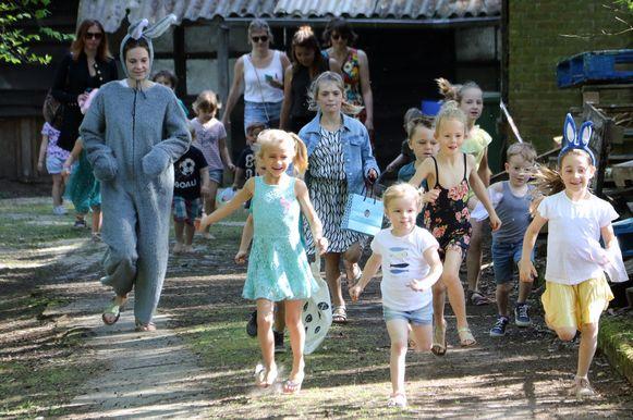 De kinderen stormen het terrein van de Ark op. Op zoek naar paaseitjes.