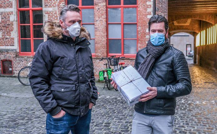 Het actiecomité overhandigde maandag in de late namiddag de bezwaarschriften in het stadhuis in Kortrijk. We zien hier Jo Foubert en Dimitri Parmentier, op de binnenkoer van het historisch stadhuis.