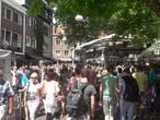 Vroeg druk met feestgangers in het centrum