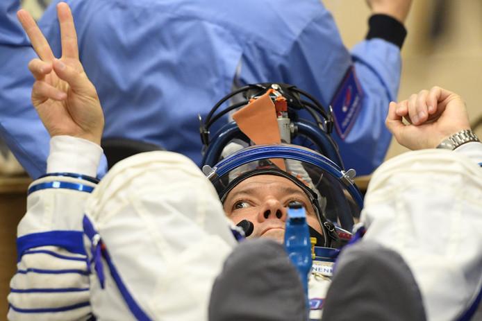 Kosmonaut Oleg Kononenko wordt in zijn ruimtepak gehesen.