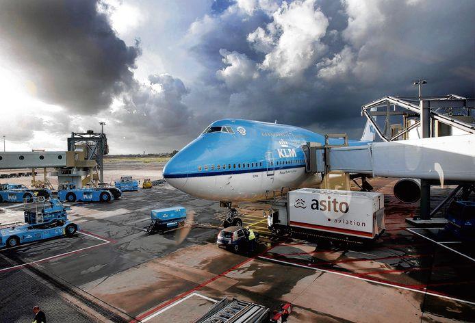 Een Boeing 747 van de KLM staat op het platform op de luchthaven Schiphol.