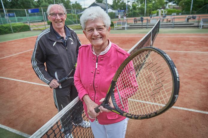 Truus van Oord en Wim van Lith, leden van het eerste uur van de jubilerende Heesche tennisclub De Hoef.