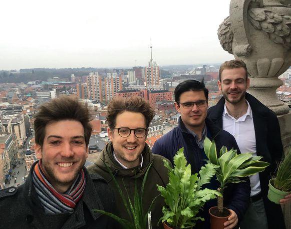 Enkele leden van Jong CD&V zijn klaar om een dakpark aan te leggen.