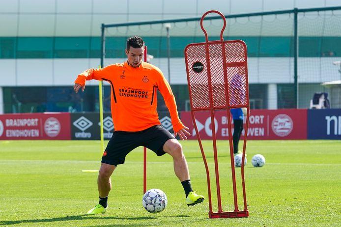 Trainen, zoals PSV'er Nick Viergever, kan alleen met continu anderhalve meter afstand tot een ploeggenoot.