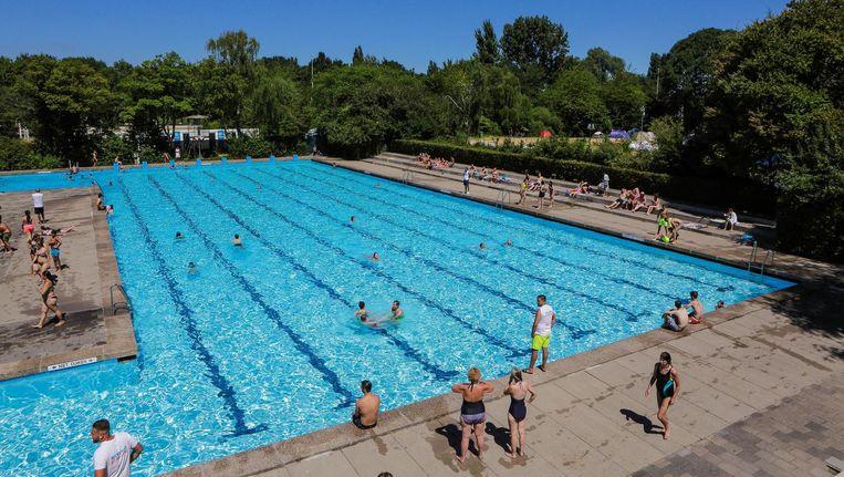 Het Flevoparkbad blijft de komende dagen open tot 19.00 uur. Beeld Marco Keyzer