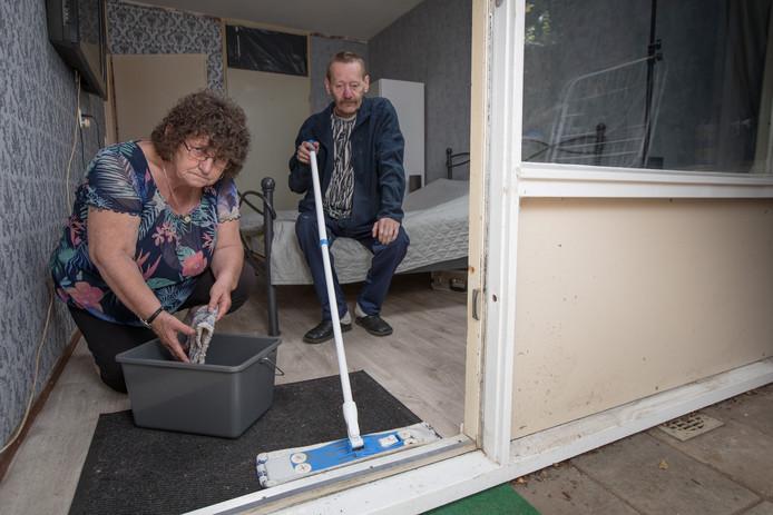 Bij Anna en Ronald de Haas stroomde in hun woning aan de Kortricklaan in Olst na de bui van 12 juli de slaapkamer vol met water.