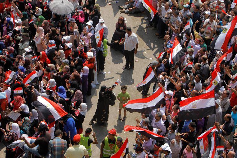 Vrijwilligers bewaken 'het vrouwengedeelte' op het Tahrirplein. Beeld null