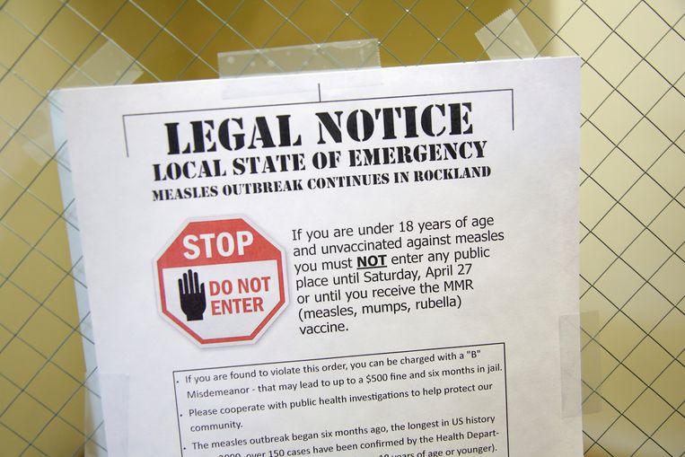 """Een waarschuwingsbrief in Rockland in de staat New York: """"Als je jonger bent dan 18 jaar en niet gevaccineerd bent tegen mazelen, mag je geen openbare plaatsen betreden tot en met 27 april of tot je bent gevaccineerd voor mazelen, bof en rubella""""."""