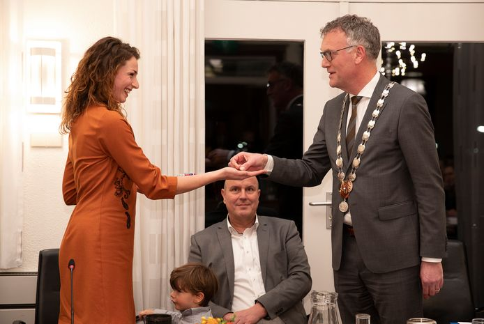 Burgemeester Hans Janssen van Oisterwijk overhandigt Stefanie Vatta de 'druppel' die haar als nieuwe wethouder van Oisterwijk toegang verschaft tot het gemeentekantoor. Op de achtergrond wethouder Dion Dankers.